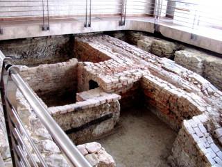Odkrytý nález sladovny z 15.-16. století ve vstupní hale administrativní budovy v Nymburku