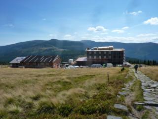 Nová Petrova bouda, vzadu Špindlerovka a Sněžka