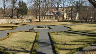 Pohled do obnovovaného parku