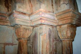 Hlavice sloupku na západní straně portálu zdobí reliéfy ptáků