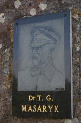 """Památník """"Skauti osvoboditeli"""". T. G. Masaryk na louku pod Hrušovem rád zavítal během pobytů vTopoľčiankách. Prý si tu pod starou hruškou opékal kukuřičné klasy."""