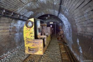 Ukázka z expozice. Podobná důlní lokomotiva zajišťuje také dopravu návštěvníků. (foto M. Majer)