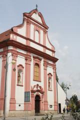 Průčelí kostela svatého Valentina. Na jeho místě původně stávala dřevěná svatyně. Avšak dvakrát lehla popelem.