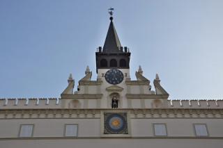 Průčelí radnice s renesančním štítem a cimbuřím