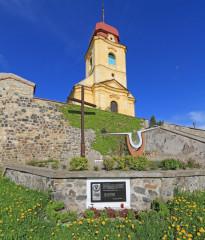 Památník amerických letců pod kostelem svatého Prokopa.