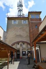 Pod rozhlednou mezi obvodovými zdmi bývalého kostela sv. Anny vítá návštěvníky kryté posezení.