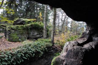 Chlum (Kozlov): výhled z jedné z místností skalního hrádku