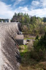 Hráz přehrady Seč - vpozadí skalní výchoz stunelem a zbytky hradu Vildštejna