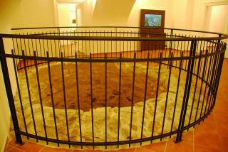 Torzo románské věže je součástí expozice historie zámku a Tachova