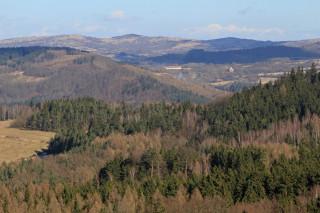 Svatobor v Doupovských horách. Vlevo Švédlův vrch, kde v místě stínu jsou Skalky skřítků.
