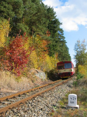 Hektometrovník na trati Posázavského pacifiku nedaleko zastávky Smrčná