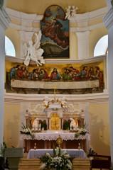 Oltář, nad ním reliéf Poslední večeře Páně a obraz sv. Antonína