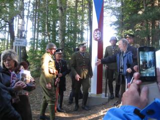 Slavnostní odhalení repliky hraničního sloupu přilákalo velké množství přihlížejících. (Foto: Václav Nič)