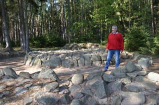 Archeolog Milan Metlička u svého objevu - u Butovské mohyly
