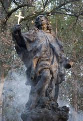 Hrabě Valdštejn na provedení pomníku nešetřil. Svatojánská socha je mistrovským dílem.
