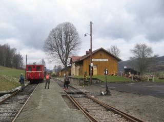 Nádraží Zubrnice s motorovým vozem Hurvínek (foto Josefa Páslerová)