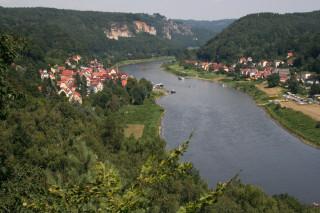 Stadt Wehlen a za ním Bastei. Pohled zvyhlídky Wilkeaussicht. Podobných míst, kdy se nám otevře panorama labského údolí, najdeme na trase stezky více.