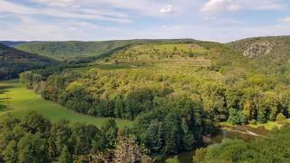 Pohled z vyhlídky Devět mlýnů na vinici Šobes