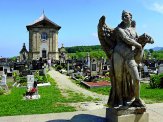 Anděl zpodobněný jako strážce hřbitova s popelnicí a štítem, s pohledem upřeným do dálky. Levou rukou se opírá o oválný štít a ukazováčkem pravé ruky směřuje dolů k popelnici.