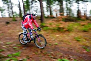 Jeden z cyklistů na stezce