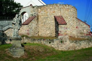 Bašta u vchodu do kostelního areálu – původní bránu doplňoval ještě padací most.