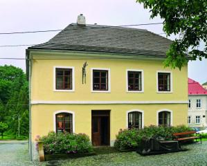 Freudův rodný dům, před ním bronzová kopie pověstné psychiatrovy pohovky