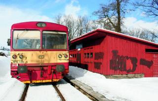 Již při prvním kroku na půdě Oslavičky se setkáte s technickou zajímavostí – objektem železniční zastávky.
