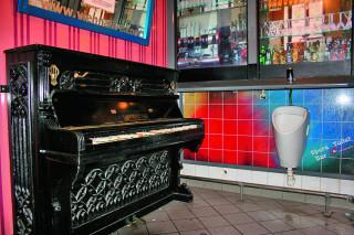 Pánský salónek. S pianinem a imitací baru na stěnách.