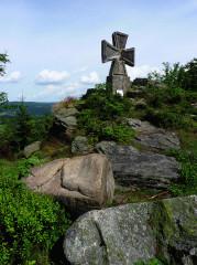 Obnovený kamenný kříž pod rozhlednou Štěpánkou