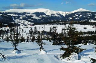 Krkonoše se třemi nejvyššími horami v ČR – napravo Sněžka, vlevo Luční hora a uprostřed Studniční hora