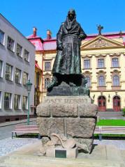 Socha Josefa Ressela před budovou regionálního muzea