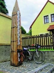Dřevěný pylon s vodočtem v Dobříni