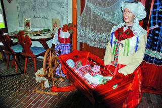Sváteční kroj žen z doby chodské rebelie – zvláštní pokrývce hlavy, kterou má žena na hlavě, se říkalo koláč.