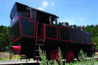 """Parní lokomotiva z roku 1950 zahajuje též putování po """"Naučné stezce na opuštěném tělese dráhy"""" mezi Lupěným a Hněvkovem."""