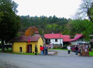 Areál pevnostního muzea s maskovaným řopíkem a dobovou trafikou