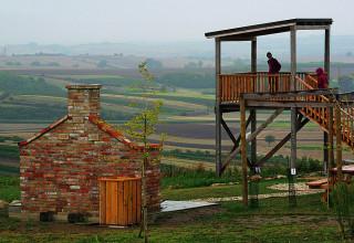 Z vyhlídkové věže za pěkného počasí spatříte kus Moravy, Rakouska i slovenských Karpat.