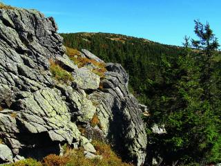 Vlaštovčí kameny pod vrcholkem pohoří