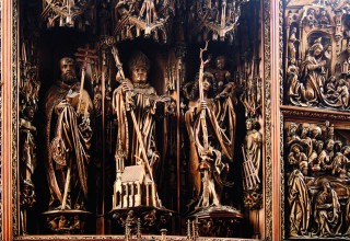 Oltáři dominují sochy svatého Petra, Wolfganga a Kryštofa, boční křídla obsahují reliéfy Zvěstování Panně Marii, Narození Ježíše a Zesnutí Panny Marie.