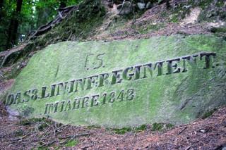DAS 8. LIN. INF. REGIMENT IM JAHRE 1843. Nápis vytesaný do balvanu zasazeného ve valu vysvětluje původ i stáří šance.