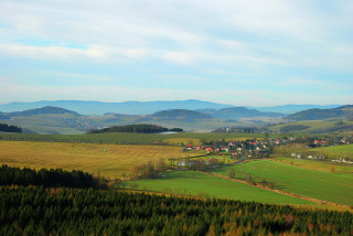 Výhled z rozhledny přes obec Libkov směrem k Čerchovu