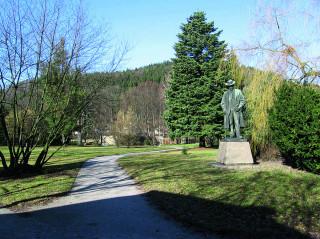 Socha Aloise Jiráska v parku za rodným domkem