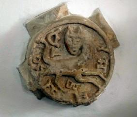 Dlaždice ve zdi rotundy Povýšení sv. Kříže s plastikou Levínského kocoura