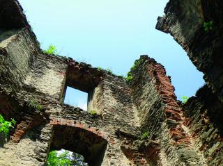 Ruiny kaple s letohrádkem