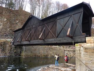 Most těsně po osazení jeřábem