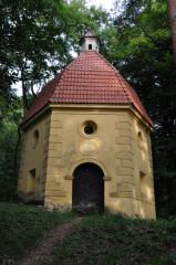 Kaple Narození sv. Jana Křtitele stojí ve svahu asi sto výškových metrů pod vrcholem Plešivce.