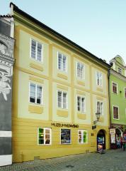 Historický dům v historickém jádru Českého Krumlova z venku možná moc nenapovídá, jak překvapivě zajímavou expozici uvnitř skrývá…
