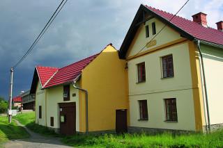 Muzeum je umístěno uvnitř hospodářské usedlosti typické pro Moravské Kravařsko, která nese na svém štítě letopočet 1783. Expozici pak doplňují sbírkové předměty národopisného charakteru.