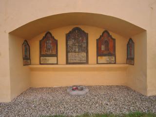 Každého upoutá hřbitovní zeď kostela sv. Jakuba Staršího a sv. Filomény
