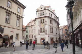 Dům U Zlaté studně stojí na hlavním turistickém tahu ze Staroměstského náměstí ke Karlovu mostu.