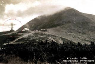 Větrná elektrárna na hřebeni Krkonoš u Slezského domu (pohlednice z r. 1924, archiv F. Peterky)